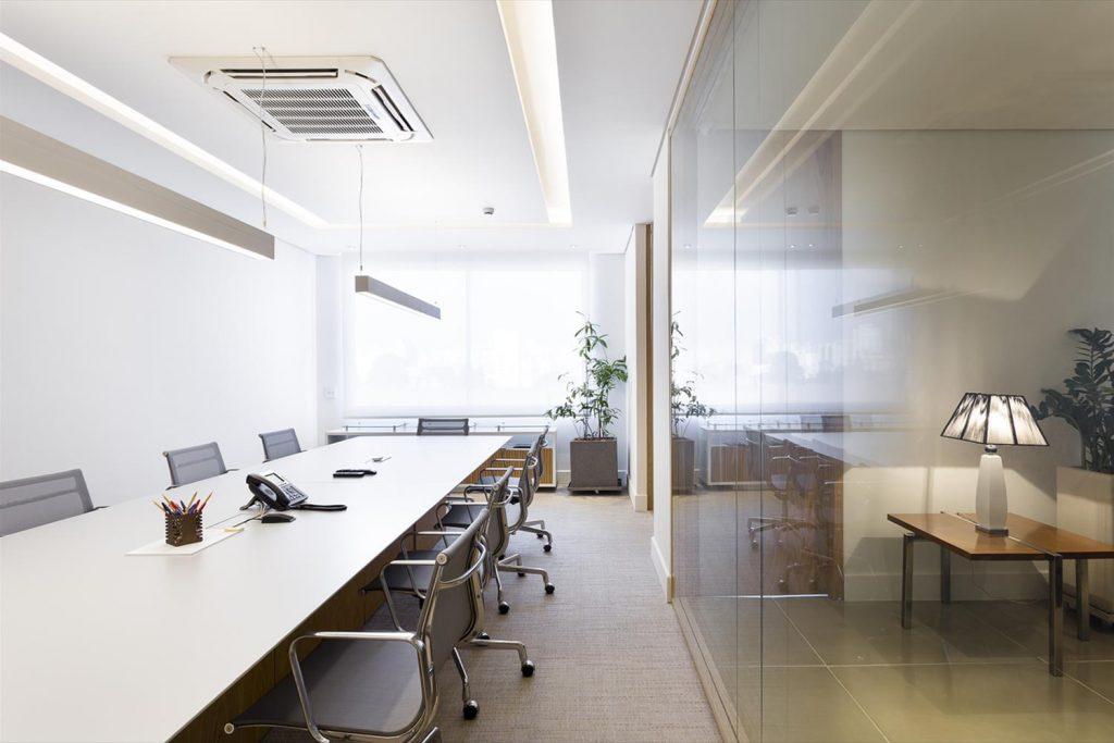 Luz direta ou indireta? O que é melhor para iluminação de escritório?