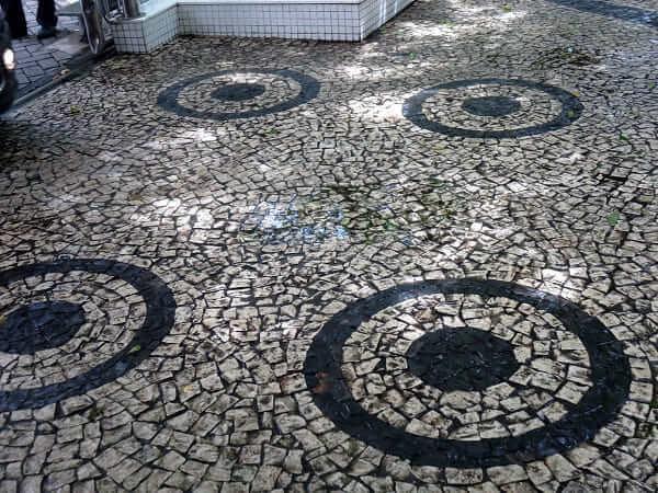 Por que a calçada de pedra portuguesa está com os dias contados? Entenda!